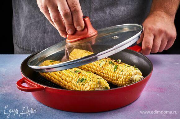 Готовьте кукурузу на разогретом гриле под крышкой 15 минут, периодически переворачивая початки.