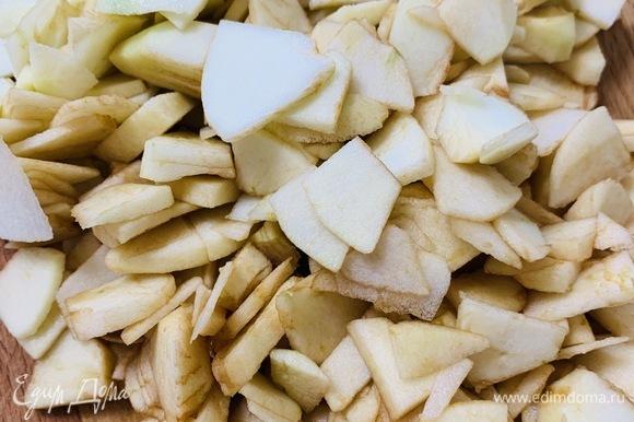 Очищаем яблоки от кожуры и нарезаем тонкими небольшими ломтиками. В процессе нарезки яблоки нужно сбрызнуть лимонным соком, чтобы они не потемнели.