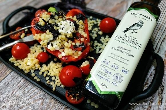 Поверх начинки выложите помидоры с маслом, добавьте кусочки творожного сыра, посыпьте базиликом. Быстрый, легкий и полезный обед готов. Приятного аппетита.