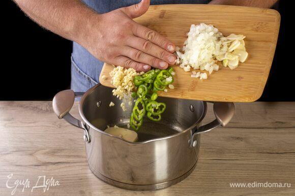 Добавьте лук, чеснок, перец чили, имбирь. Обжаривайте до появления стойкого аромата.
