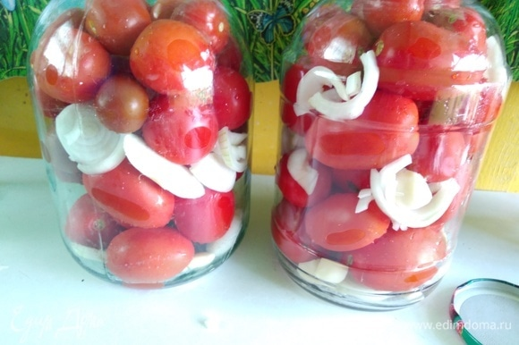 В стерилизованные банки разложить слоями лук, чеснок, помидоры, опять лук, чеснок, Не жалейте лука и чеснока. Он получается еще вкуснее, чем помидоры. На трехлитровую банку 2 большие головки лука и 1 головка чеснока будут в самый раз.
