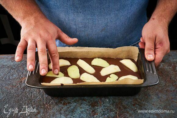 С яблока снимите кожуру и нарежьте дольками. Выложите их поверх теста. Запекайте в духовке при 180°C около 40 минут.