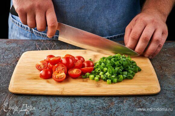 Черри разрежьте пополам, зеленый лук порубите.
