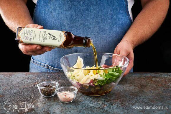 Посолите, поперчите. Заправьте салат рыжиковым маслом ТМ «Коноплянка» и перемешайте.