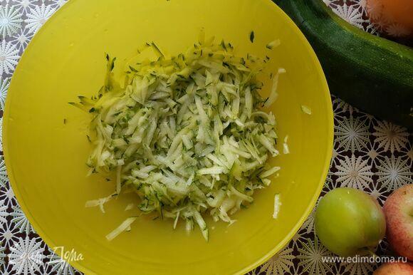 Натираем кабачок на крупной терке, добавляем соль и оставляем на время, чтобы выделился сок, который нам не нужен при жарке.