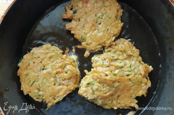 Налить в сковороду масло и выкладывать ложкой оладьи, слегка приминая. Жарить с двух сторон до золотистой корочки.