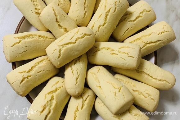 Остывшее печенье можно посыпать сахарной пудрой.