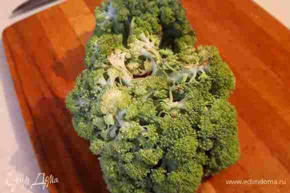 Свежую брокколи разобрать на мелкие соцветия, удаляя твердые плодоножки.