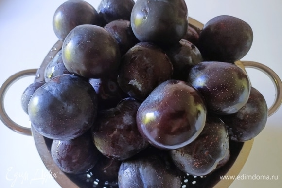 Хорошо моем сливы, вынимаем косточки и нарезаем плоды небольшими кусочками.