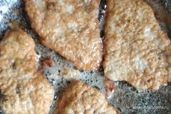 Крупный кусок филе грудки индейки нарезать на стейки поперек волокон. Можно взять уже готовые стейки. Отбить, посолить и поперчить. В миску разбить одно яйцо. Муку выложить на тарелку. В сковороде разогреть растительное масло. Отбивные обвалять в муке, со всех сторон окунуть в яйцо и выложить на сковороду. Обжаривать на достаточно сильном огне до румяной корочки (примерно по 3 минуты с каждой стороны).
