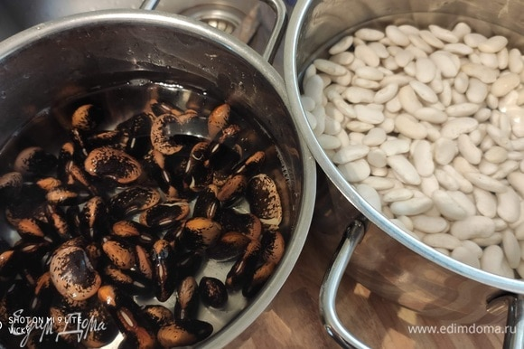 Оба вида фасоли помыть и замочить на несколько часов. Затем поставить вариться отдельно друг от друга. В супе можно использовать овощной бульон, а можно в кастрюлю с белой фасолью при варке положить лук, морковь, петрушку и сельдерей.