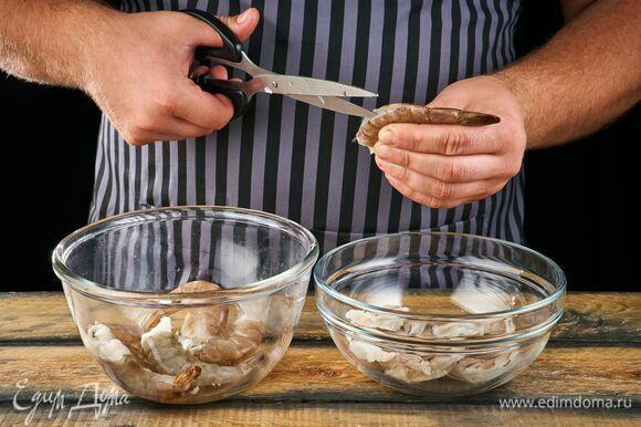 Очистите креветки, выложите в миску.