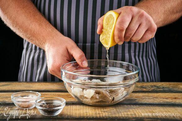 Сбрызните креветки лимонным соком, посолите, поперчите. Мариновать их не нужно.