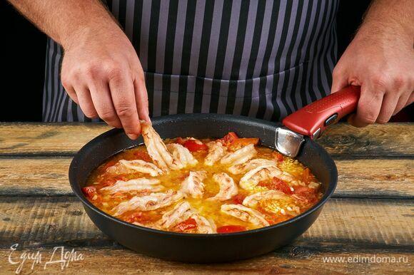 Добавьте в сковороду очищенные аргентинские креветки AGAMA и готовьте еще 10 минут (до готовности риса).