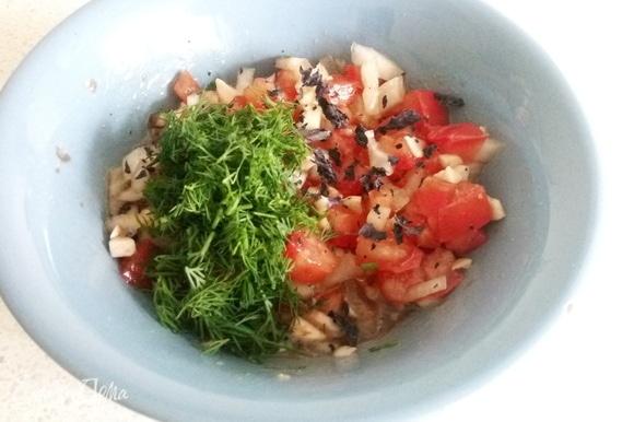 Солим, перчим, добавляем базилик и укроп.