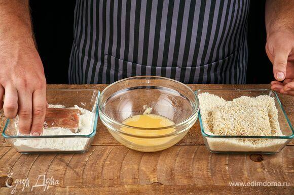 Кусочки порционного филе обваляйте в муке.