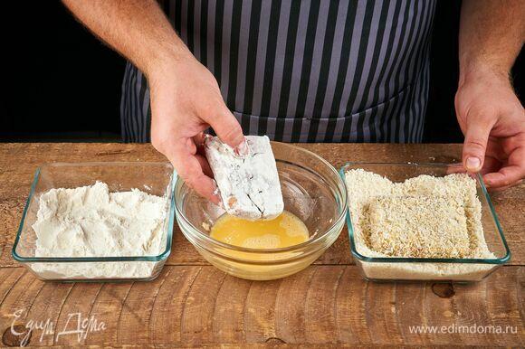 Затем обмакните в яичной смеси и обваляйте в панировочных сухарях.