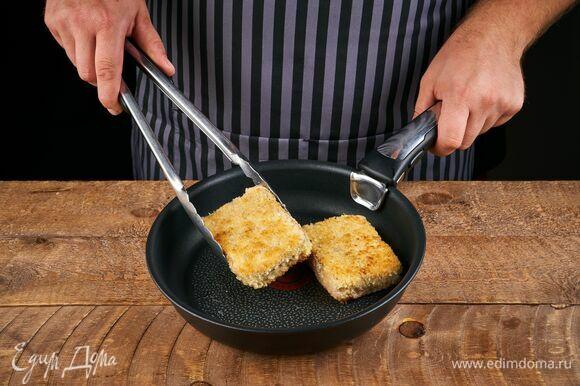 Разогрейте сковороду с растительным маслом, выложите филе, обжаривайте его в течение 3–4 минут с каждой стороны. Готовое филе переложите на бумажные полотенца, чтобы убрать лишнее масло.
