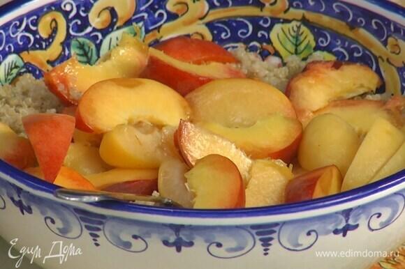 Киноа выложить в глубокое блюдо, добавить персики и абрикосы, полить все оливковым маслом и перемешать.