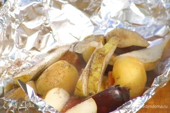 Запекать фрукты на разогретом гриле.