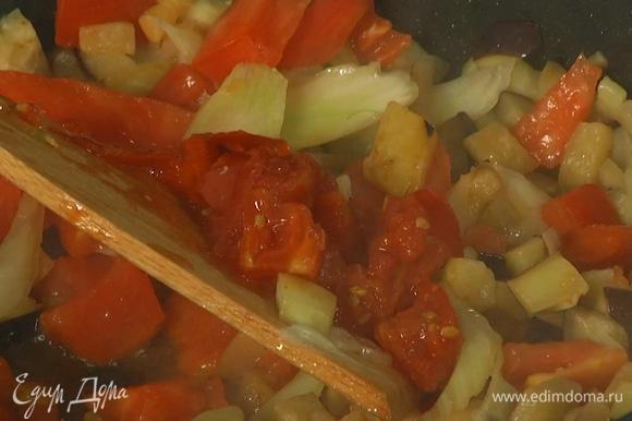Свежий помидор и помидоры в собственном соку нарезать мелкими кубиками и, удалив лишнюю жидкость, добавить в сковороду, все посолить и, помешивая, довести почти до готовности, затем добавить каперсы, влить уксус и 1 ст. ложку оливкового масла.