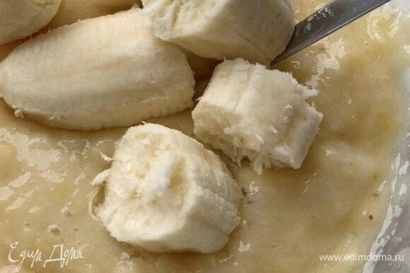 Три банана (примерно 340 г без кожуры) разломайте на кусочки, а затем пюрируйте вилкой. Выложите банановое пюре к яйцам с маслом и слегка перемешайте.