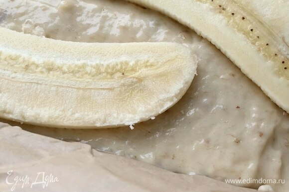Один банан разрежьте вдоль, выложите сверху на тесто, слегка вдавливая.