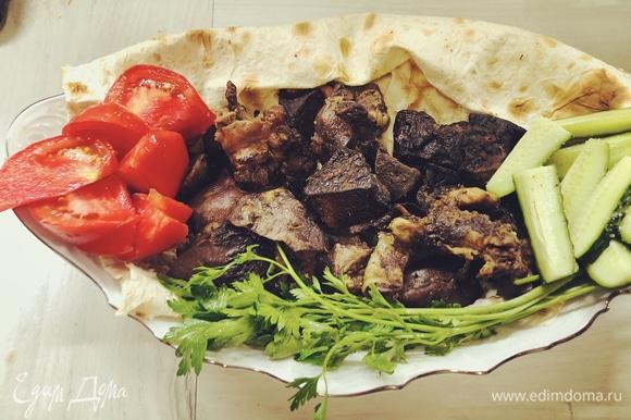 Выложите на лаваш мясо, добавьте нарезанные овощи и зелень. Приятного аппетита.
