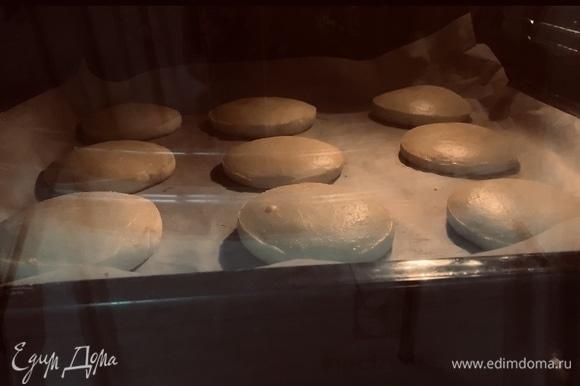 Отправляем в предварительно разогретую до 190°C духовку на 12–15 минут. Коржики должны получиться светлого золотисто-кремового цвета.