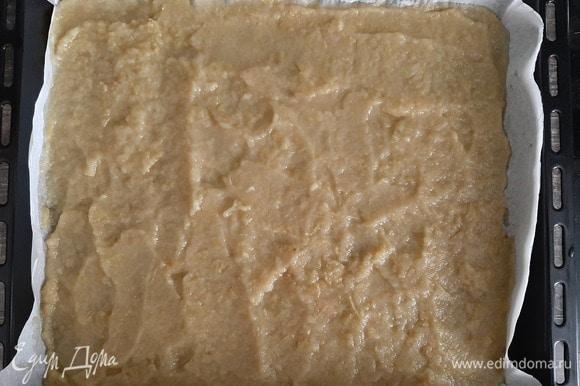 Противень застелить пергаментной бумагой, выложить пюре, разровнять и поставить в духовку сушиться при 75°C с приоткрытой дверцей.