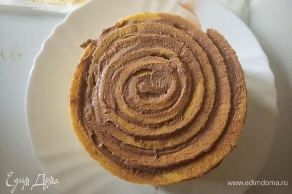 Далее выложить крем на следующую полоску бисквита, приставить ее к концу первой и продолжить заворачивать рулет до тех пор, пока не закончится весь бисквит.