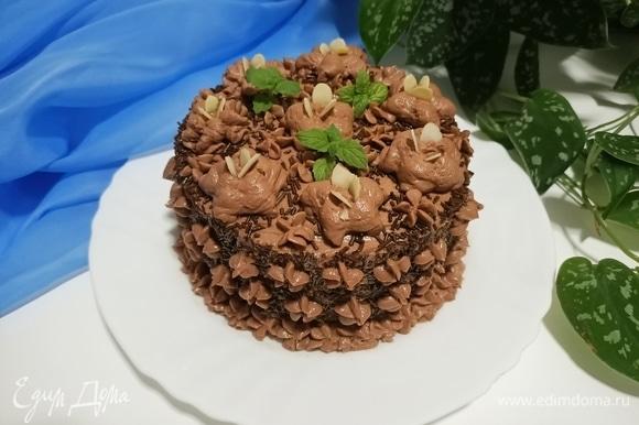 Оставшимся кремом смазать верх и бока торта. Украсить и можно сразу же подавать. Тортик получается очень нежным и не нуждается в пропитке. Приятного аппетита!