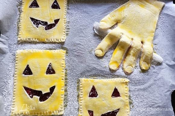 Яичный желток смешать с молоком. Смазать верх печенья. Посыпать сахарной пудрой. Выпекать в предварительно разогретой до 180°C духовке в течение 20–30 минут.