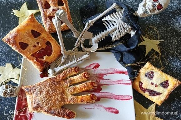 Готовое слоеное печенье остудить, декорировать и подавать. Помните, что еда для Хэллоуина должна быть яркой, зрелищной и чуточку страшной. Приятного аппетита!