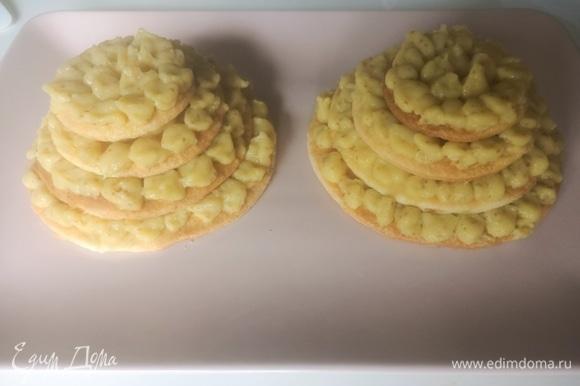 Готовый и уже остывший крем перекладываем в кондитерский мешок или шприц и начинаем собирать пирожное. С большего к меньшему укладываем диски, а между ними кладем крем. Сверху украшаем кусочками инжира и подаем. Приятного аппетита!