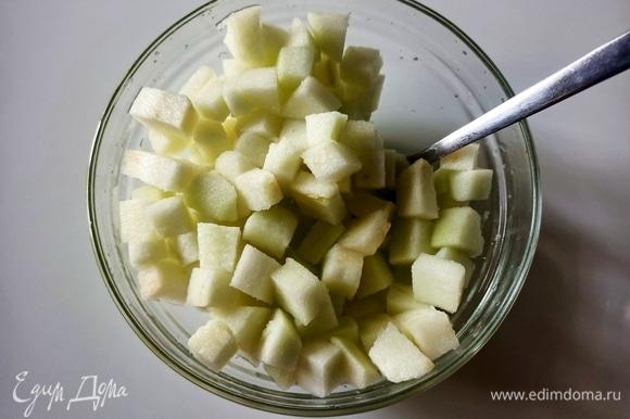 Два яблока моем, очищаем и нарезаем небольшими кубиками. Добавляем лимонный сок и ложку сахара. Перемешиваем.
