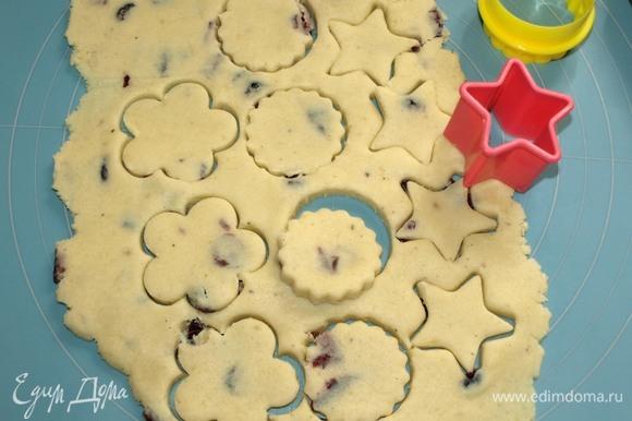Вырезать формочками для печенья заготовки.