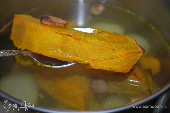 Запеченную тыкву добавить к картофелю, проварить все вместе 2–3 минуты, добавить сыр.