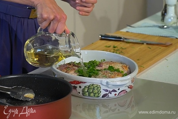 Переложить курицу в глубокую форму для запекания, сверху полить маслом с луком и чесноком, в котором она жарилась, посыпать нарезанной зеленью, посолить, поперчить, влить в форму вино и сливки.