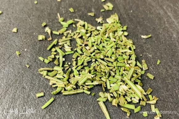 Мелко нарезаем листья розмарина и смешиваем с мучной смесью.