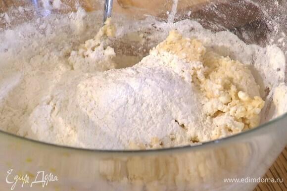 Муку перемешать с разрыхлителем и небольшими порциями всыпать в яичную массу, каждый раз вымешивая ложкой.