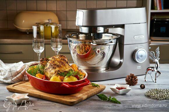 Подавайте сочную утку вместе с запеченными овощами на гарнир. Приятного аппетита!
