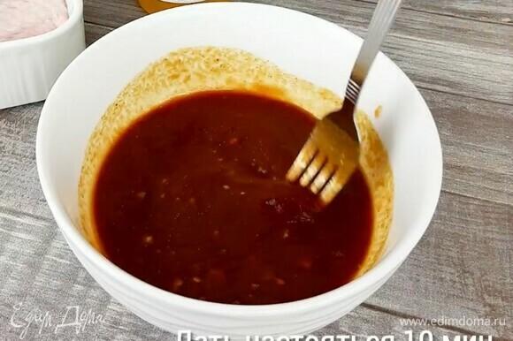 Соединяем все ингредиенты для соуса BBQ. Даем ему настояться 10 минут. 1–2 ст. л. готового соуса можно отложить в миску для подачи к крылышкам.