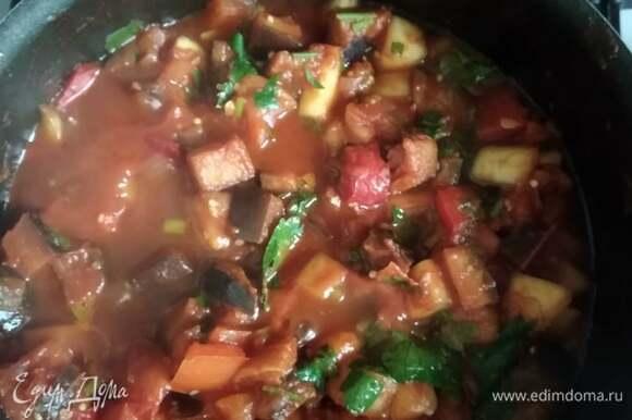 В сковороде разогреваем оливковое масло. Обжариваем лук и чеснок 7 минут. Добавляем перец, обжариваем еще 7 минут, затем добавляем кабачки и баклажаны. Обжариваем все вместе минут 15. Можно прикрыть крышкой, чтобы сохранить больше соков. Если любите более сухое рагу, не накрывайте. Добавляем помидоры. Солим, перчим, кладем паприку и сахар. По желанию можно добавить томатную пасту. Я обычно добавляю. Потушить все вместе минут 15. Время регулируйте в зависимости от того, какой мягкости овощи вы любите. В моей семье любят мягкие овощи. Поэтому готовлю подольше. В конце добавила немного кинзы, просто очень ее люблю. В последний момент попробуйте еще раз. При необходимости добавьте соль, перец и сахар. Если подаете как самостоятельное блюдо, приготовьте яичницу: по одному яйцу на каждую порцию. Приятного аппетита!