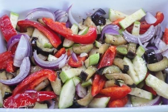 Овощи выложить в большую форму для запекания практически в один слой, посолить по вкусу, залить заправкой и перемешать. Запекать 20 минут при 220°C. Овощи должны стать мягкими. Посыпать овощи сыром и печь еще 20–25 минут, пока они не подрумянятся и не пропекутся.