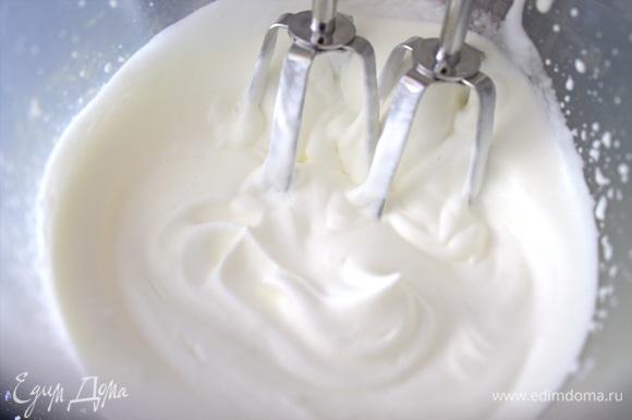 Взбить сливки или густую жирную сметану.
