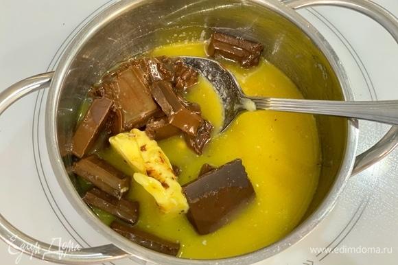 Масло и шоколад растопить в сотейнике на медленном огне, постоянно помешивая, также можно на водяной бане или импульсами в микроволновке.