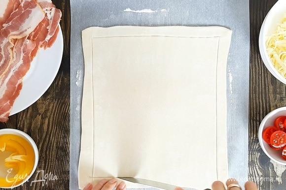 Сыр натираем на крупной терке. Помидоры черри разрезаем пополам. Перец нарезаем кольцами. Тесто немного раскатываем и делаем неглубокие надрезы вдоль всего края, отступив около 1,5 см.