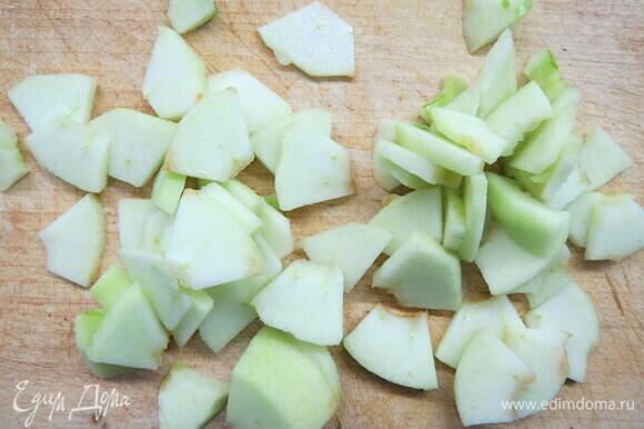 Разогреваем духовку до 200°C и приступаем к начинке. Очищаем яблоки и режем на тонкие дольки (4–5 мм).