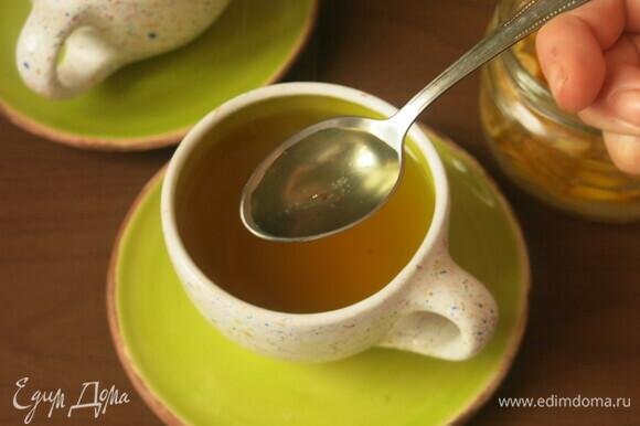Вливаем в заваренный чай по 1–2 ч. л. Можно класть и дольки. Приятного аппетита!